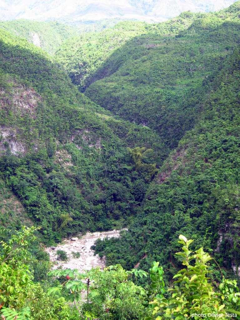 La ravine Casse-Cou à la sortie d'un canyon est impraticable sans cordes. Le relief est plus tourmenté que ce qu'annonçaient les cartes... © Olivier Testa
