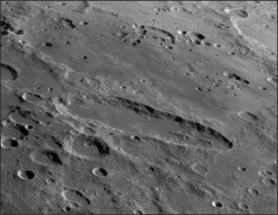 Schiller est un autre exemple de cratère très allongé que l'on peut observer sur la Lune. Crédit A. Friedman