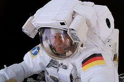 Thomas Reiter durant sa sortie dans l'espace le 3 août 2006
