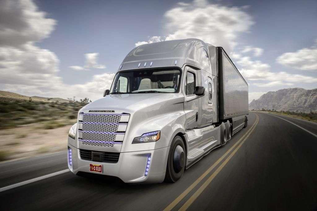 Si l'on parle surtout des voitures autonomes, le développement de camions dotés d'un pilotage autonome suscite également un grand intérêt. Le constructeur allemand Daimler compte tester des camions semi-autonomes sur routes ouvertes dès cette année et annonce qu'ils entreront en production d'ici deux à trois ans. © Daimler