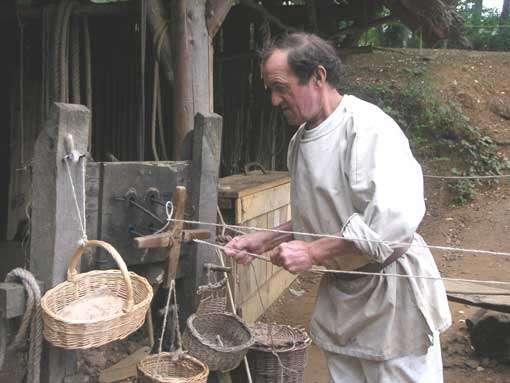 Le cordier réalise toutes les ligatures utiles sur le chantier. © Guédelon - Reproduction et utilisation interdites - Tous droits réservés