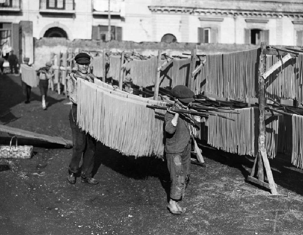 Séchage des pâtes à Naples, début XXe siècle. © Vintage News Daily.