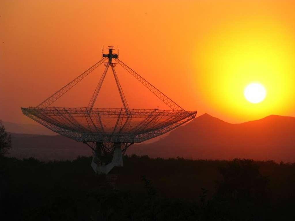 Le Giant Metrewave Radio Telescope (GMRT), situé près de Pune, en Inde, comporte plusieurs radiotélescopes. C'est l'un des plus grands interféromètres du monde. © GMRT, Tata Institute of Fundamental Research