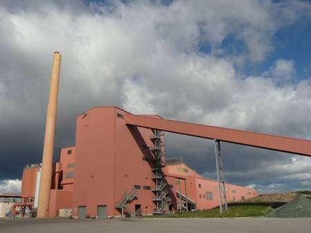 La structure oblique à droite est le convoyeur de calcin qui part du centre de recyclage et achève sa course dans le four situé dans la grande structure de gauche. © G. Macqueron / Futura-Sciences