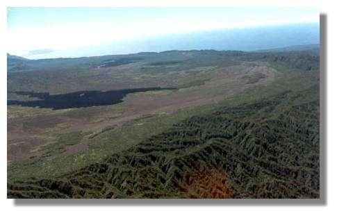 Partie ouest de la caldera, Benbow, Marum et, sur la droite, les coulées de 1988-1989 © IRD/Pierre Evin.