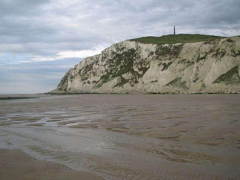 Au sommet du cap Blanc-Nez se trouvent des bunkers datant de la seconde guerre mondiale, ainsi qu'un monument en souvenir de la patrouille de Douvres. © Laika, Wikipédia, DP