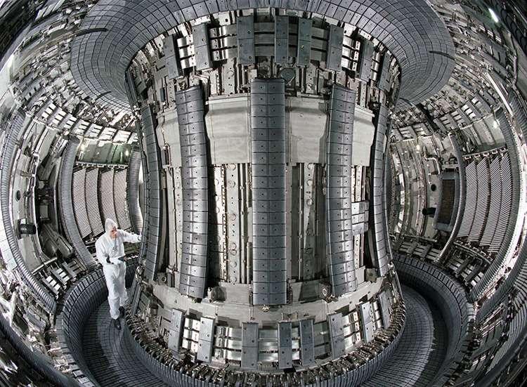 Les parois de la chambre à vide du réacteur de fusion britannique baptisé Jet pour Joint European Torus — littéralement, le Tore commun européen — sont constituées de métaux particulièrement résistants. Pourtant, un faisceau d'électrons découplés peut réussir à les faire fondre. © Eurofusion, CC by 3.0