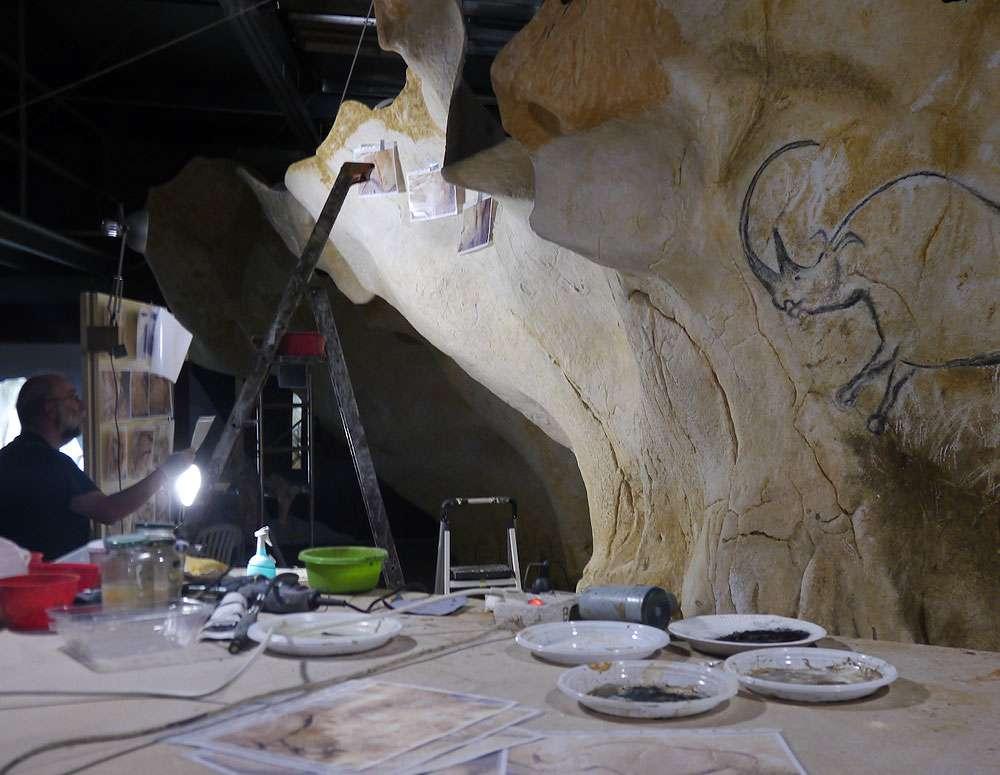 Le préhistorien Gilles Tosello étudie la réplique de la grotte Chauvet