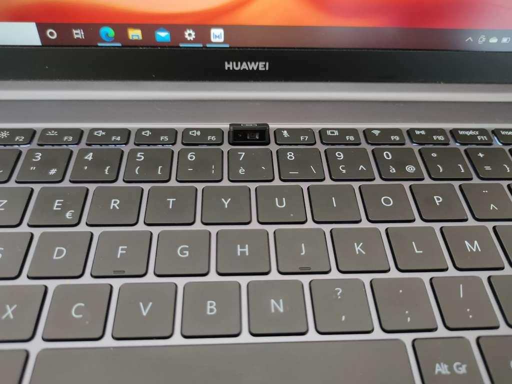Comme sur tous les modèles de la marque, la caméra sort du clavier. C'est ainsi que l'écran peut être étiré au maximum. © Futura