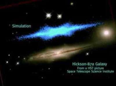 Comparaison du résultat d'une simulation (en haut, en bleu) avec la galaxie H87a observée avec le télescope spatial Hubble (en bas, fausses couleurs).