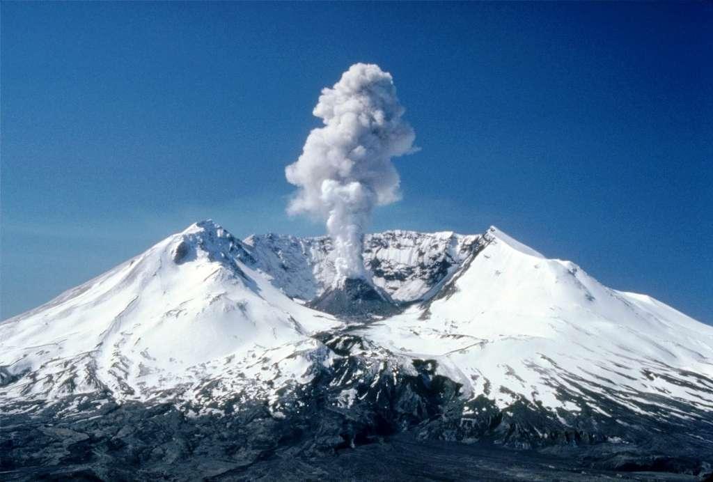 Une éruption du mont St. Helens au début des années 1980. © Lyn Topinka, Wikipédia