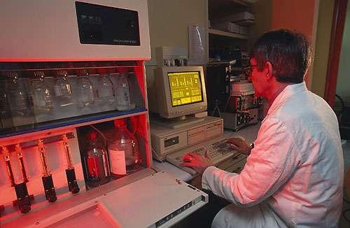 Synthétiseur d'oligonucléotides (MILLIGEN, modèle 7500). © CNRS Photothèque / LEPETIT Christophe - Reproduction et utilisation interdites