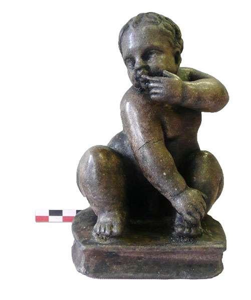 Statuette en calcaire de jeune garçon (H 19 cm), trouvée dans la couche de destruction du rez-de-chaussée de la maison romaine, sous le forum byzantin. © Mafad 2019, tous droits réservés