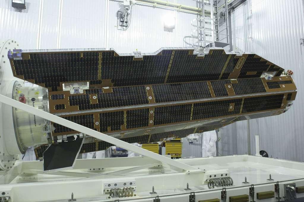 Le satellite Goce en 2009, peu avant son lancement. On remarque la forme inhabituelle pour un satellite, relativement aérodynamique. Sur son orbite de seulement 260 km d'altitude (et même 235 km depuis fin 2012), l'atmosphère, bien que très raréfiée (la limite légale de l'espace est à 100 km), n'est pas totalement absente et génère des frottements. Pour rester sur son orbite, l'engin devait consommer un peu d'ergols pour faire fonctionner son réacteur ionique, visible à gauche. Une fois les réservoirs vides, la chute était inexorable. © Esa, Krunitchev