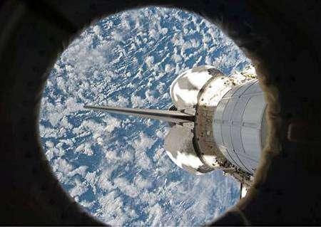 Endeavour, vue depuis la station. Cliquer pour agrandir. Crédit Nasa