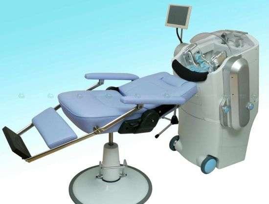 Hair-Washing, le robot à roulettes, vient s'installer derrière un fauteuil basculant pour faire un shampoing. La nouvelle version s'occupe de tout. © Panasonic
