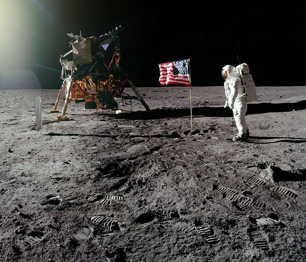 As-tu pris la photo ? semble dire Buzz Aldrin à Neil Armstrong.