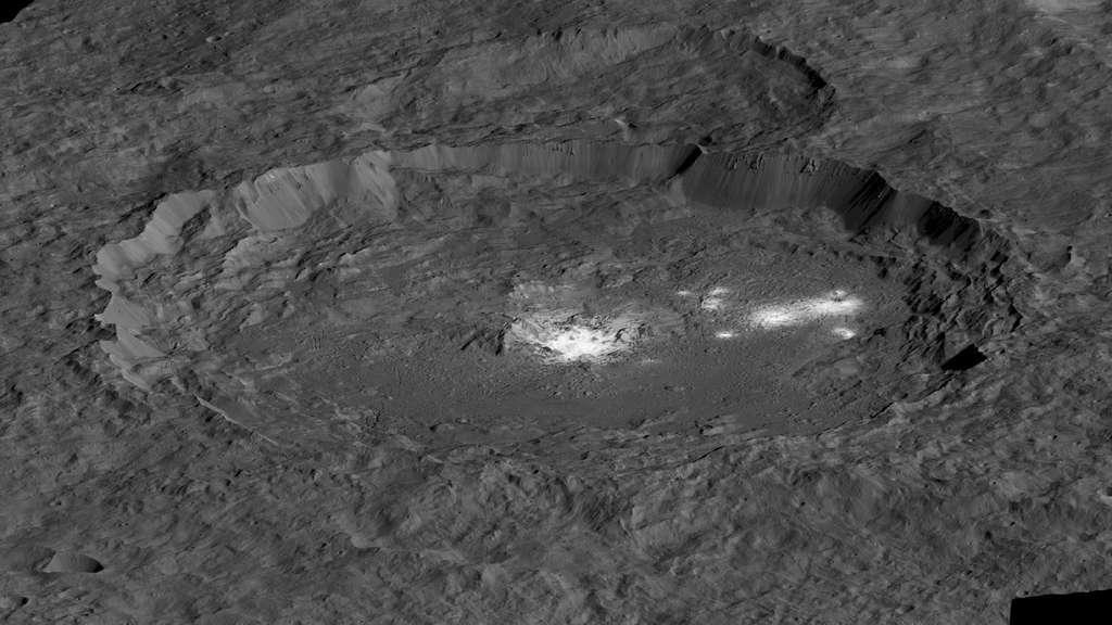 Le cratère Occator et ses mystérieuses taches blanches, dont on suppose qu'il s'agit de sel ou d'ammoniac. © Nasa/JPL-Caltech/UCLA/MPS/DLR/IDA