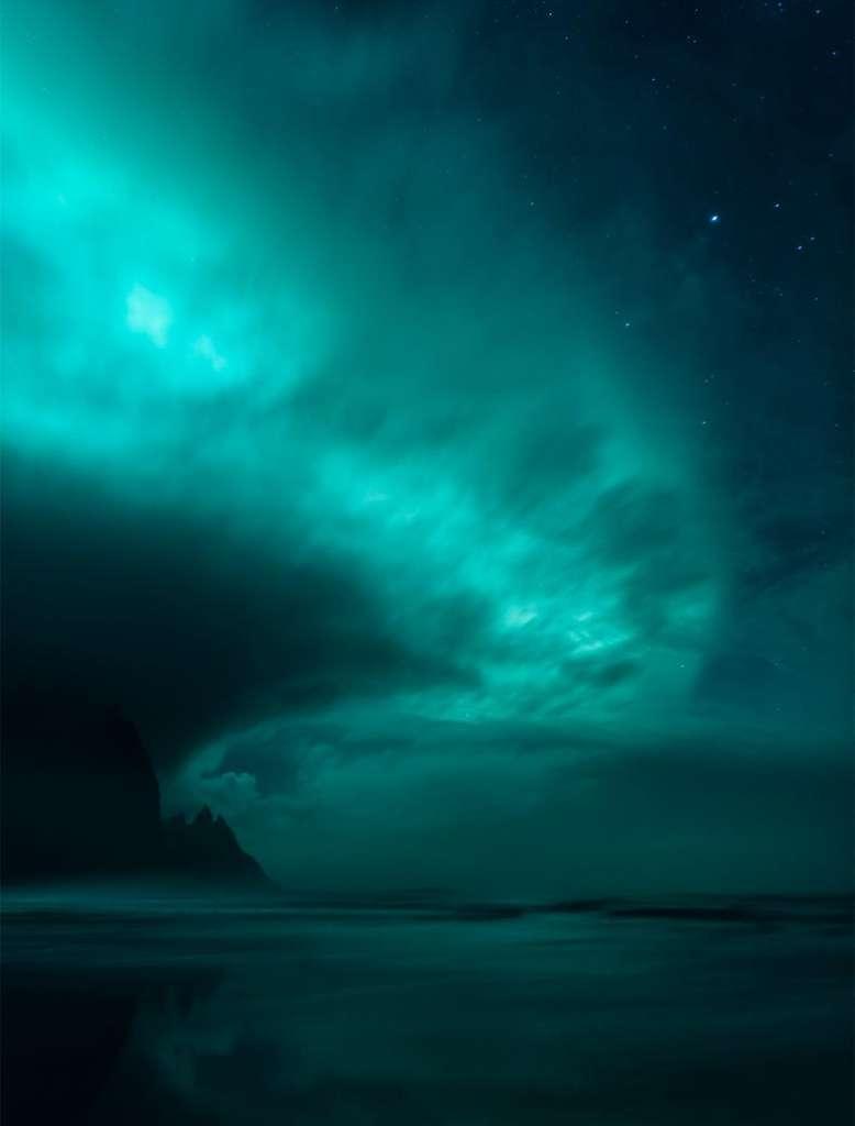 Des nuages flamboyants au-dessus du rivage. Cette aurore boréale a été photographiée le 5 octobre 2016, sur la côte sud de l'Islande. © Mikkel Beiter, IAPY 2017