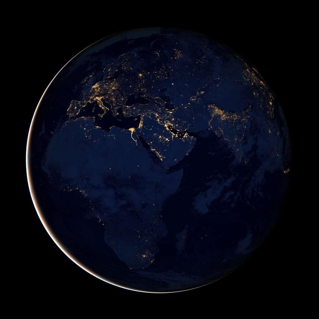 L'Afrique est pauvre même la nuit ; seul le delta du Nil est éclairé, alors qu'en Europe et dans la péninsule arabe les lumières soulignent les villes et les grands axes de communication. © Nasa Earth Observatory