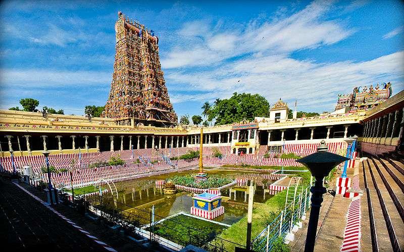 Vue sur le bassin du lotus d'or du temple de Mînâkshî, à Madurai. © Surajram, cc by sa 3.0