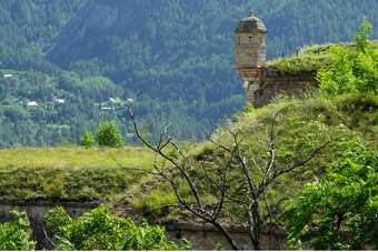 Un cavalier dominant les fortifications de Mont-Dauphin © Hervé Lehning, reproduction interdite DR