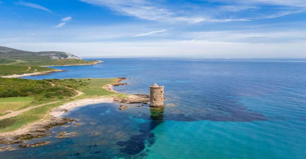 L'une des célèbres tours génoises du cap Corse. © santu20, Adobe Stock