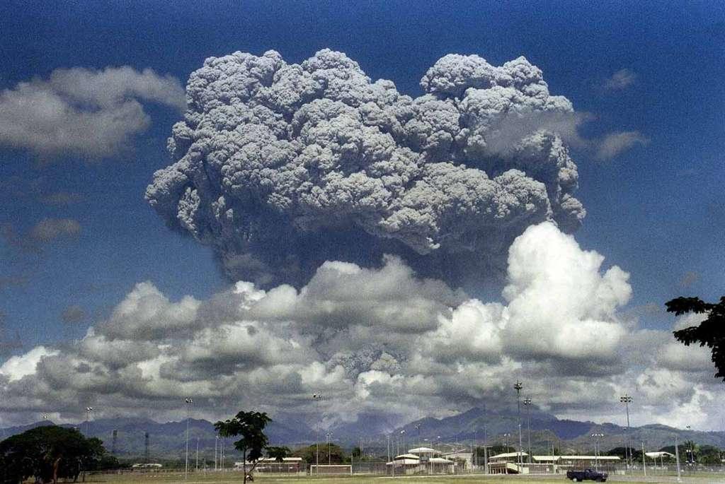 Éruption du Pinatubo aux Philippines, en 1991. La quantité de matière propulsée a provoqué un refroidissement général de 0,5 °C sur Terre. © AFP, Arlan Naeg