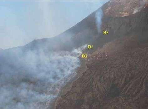 Activité de l'Etna le 16 juillet 2006 On distingue aisément les deux bouches effusives (B1 et B2) et le cône qui dégaze (B3) (Crédits : INVG)