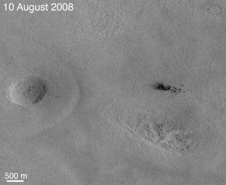 Cliquer sur l'image pour l'agrandir. Quelques mois plus tard une nouvelle photo de la région montrée ci-dessus exhibe un cratère d'impact récent en haut à droite. Crédit : NASA/JPL-Caltech/University of Arizona