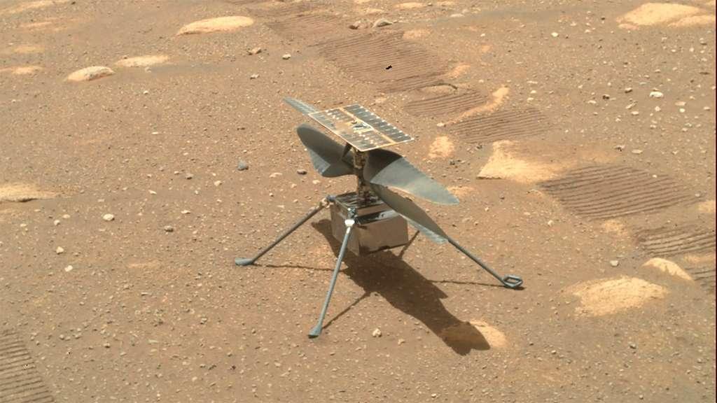 Ingenuity posé au sol. Parmi les concepts assez maîtrisés pour être mis en place dans une mission martienne, on citera en exemple des drones à voilure fixe (avions), des ballons et donc les drones à voilure tournante (hélicoptères). © Nasa, JPL