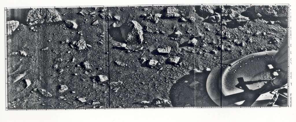 La toute première image du sol martien photographié sur place, prise le 20 juillet 1976 par la caméra de la sonde Viking 1, qui venait juste d'atterrir. Après calibrage, des images en couleurs ont été réalisées dans les jours suivants. © JPL, Nasa