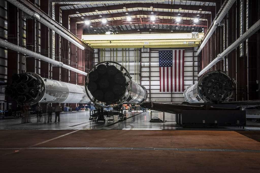 Trois étages récupérés du Falcon 9. Lors de son premier vol, l'étage principal utilisera deux de ces boosters. Seul l'étage central sera neuf. © SpaceX