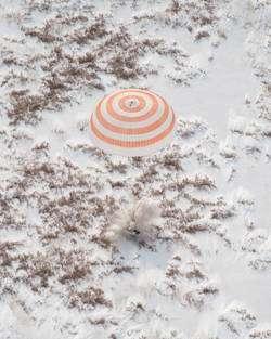 Retour sur Terre, le 18 mars 2010, de deux astronautes de l'Expedition 22, à bord de la capsule Soyouz TMA-16. © Nasa / Bill Ingals