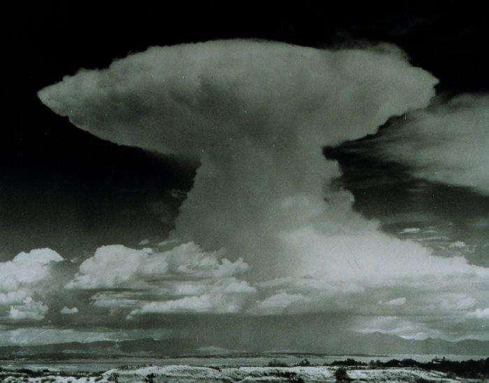 Le cumulonimbus est un nuage à extension verticale qui se développe à partir de cumulus congestus. La base peut se former entre 400 m et 1 km d'altitude, et son épaisseur peut atteindre plusieurs kilomètres. À l'intérieur du nuage, les hydrométéores peuvent être liquides ou solides. C'est le nuage d'orage. © NOAA