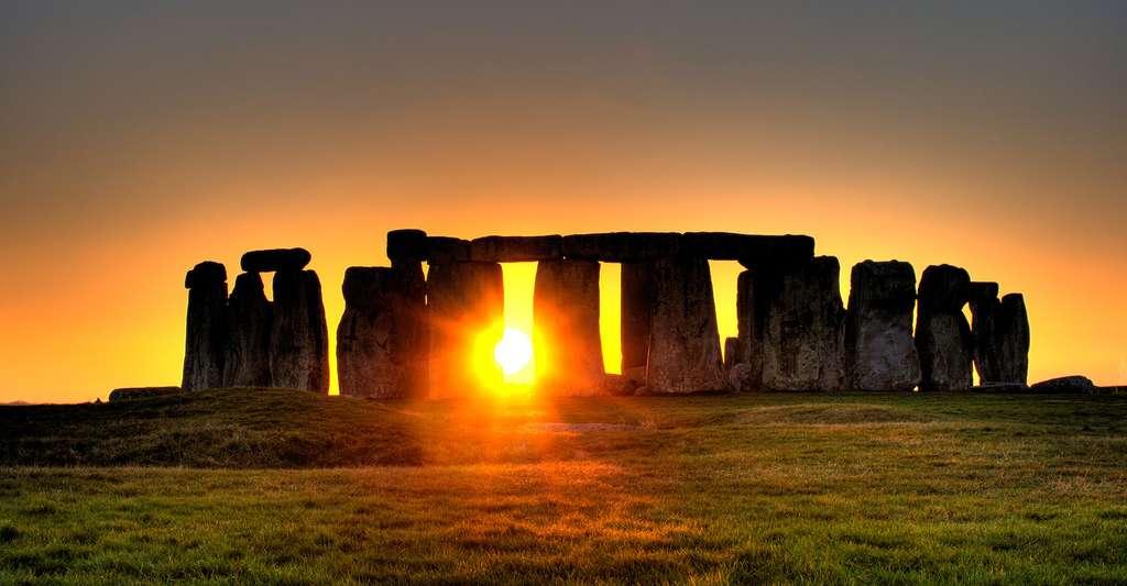 La position du Soleil et la durée du jour (16 heures début juillet ; 8 fin décembre) ne sont pas les mêmes selon les saisons. Cette photo a été prise sur le site de Stonehenge, au Royaume-Uni. © Simonwakefield, CC by 2.0