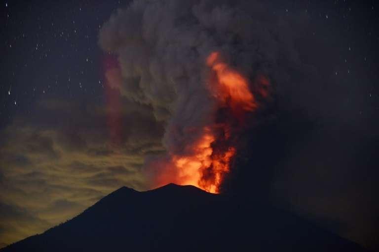 Le mont Agung en éruption à Bali, en Indonésie, le 28 novembre 2017. © SONNY TUMBELAKA, AFP