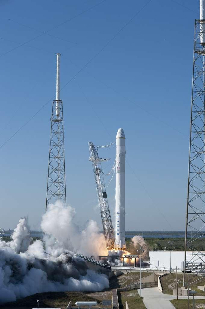 En décembre 2010, SpaceX réussit son premier vol de démonstration en lançant avec succès Falcon 9 et Dragon. La capsule tournera deux fois autour de la Terre avant de revenir amerrir au large des côtes californiennes. © Nasa/Tony Gray & Kevin O'Connell