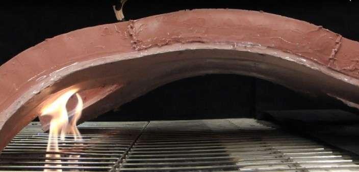 Le silicone employé pour fabriquer le corps du robot a l'avantage de supporter de grandes amplitudes thermiques. L'engin a été testé dans la neige par une température de -9 °C. Il a également été exposé au feu direct pendant 20 secondes. © Wyss Institute, Harvard University
