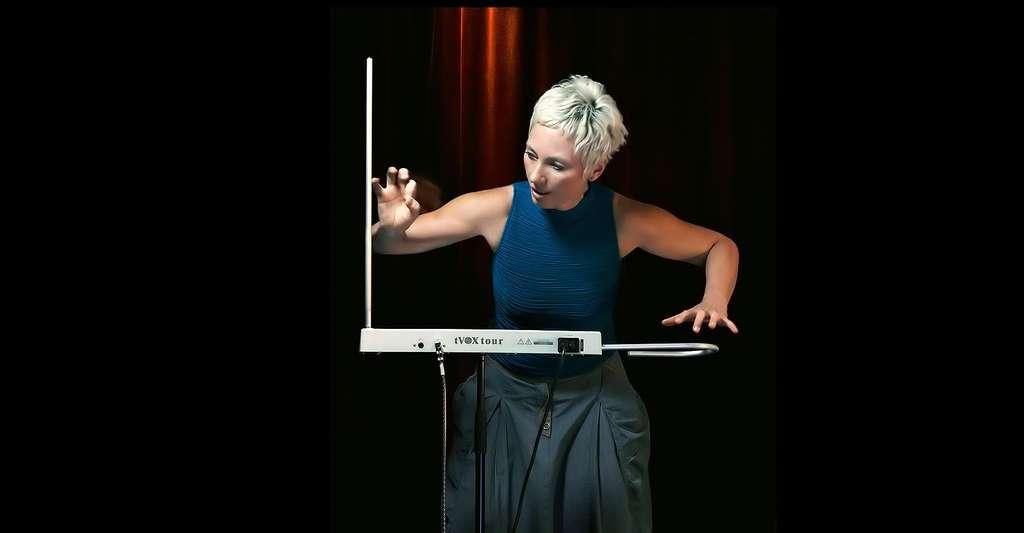 Le thérémine peut permettre de jouer une musique issue des étoiles. Ici, Barbara Buchholz joue sur le modèle TVox, de George Pavlov. © Gregor Hohenberg, Wikimedia Commons, CC by-sa 3.0