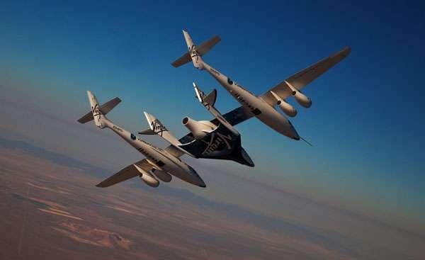Plusieurs tests sont réalisés avec le SpaceShipTwo. Certains sont effectués en vol captif avec le WhiteKnightTwo (image de gauche), d'autres en vol plané (image de droite). © Virgin Galactic