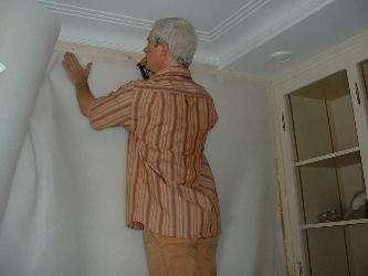 Le molleton isole le mur et donne à la tenture sa douceur si particulière. © www.confort-decor.ch