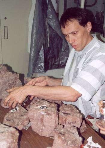 Hans Thewissen examine une roche contenant des fossiles d'ancêtres de cétacés, découverts au Pakistan. © H. Thewissen