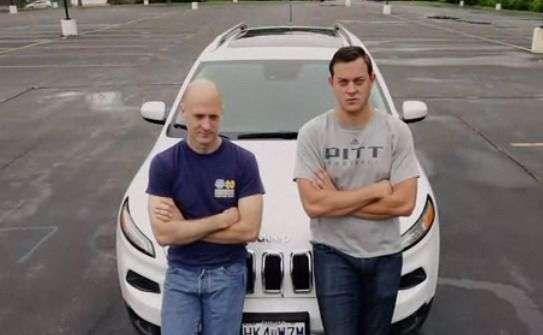Charlie Miller (à gauche) et Chris Valasek (à droite) posent devant la Jeep Cherokee qu'ils ont réussi à pirater à distance. © Wired