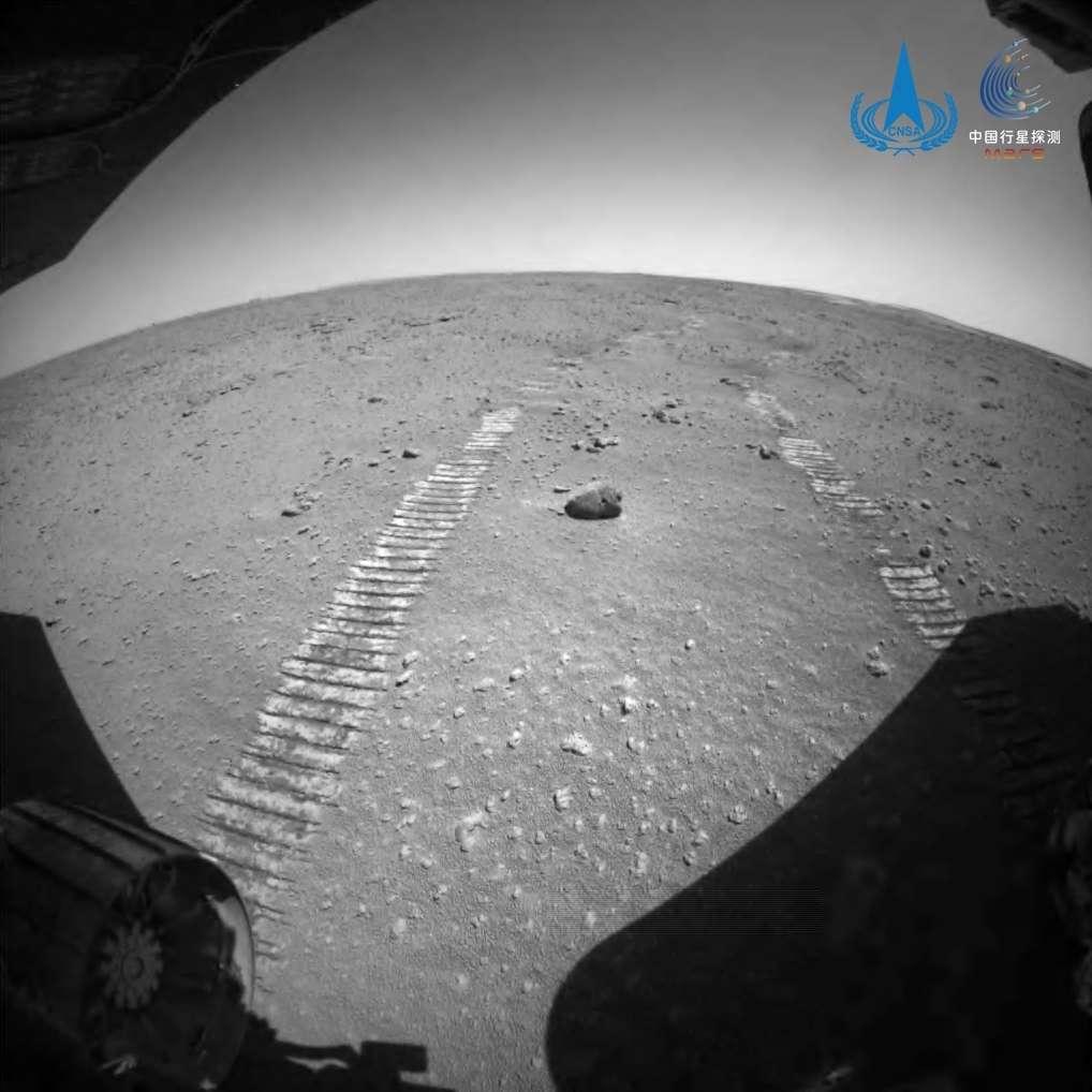 Les traces laissées par le rover Zhurong sur Mars. © CNSA