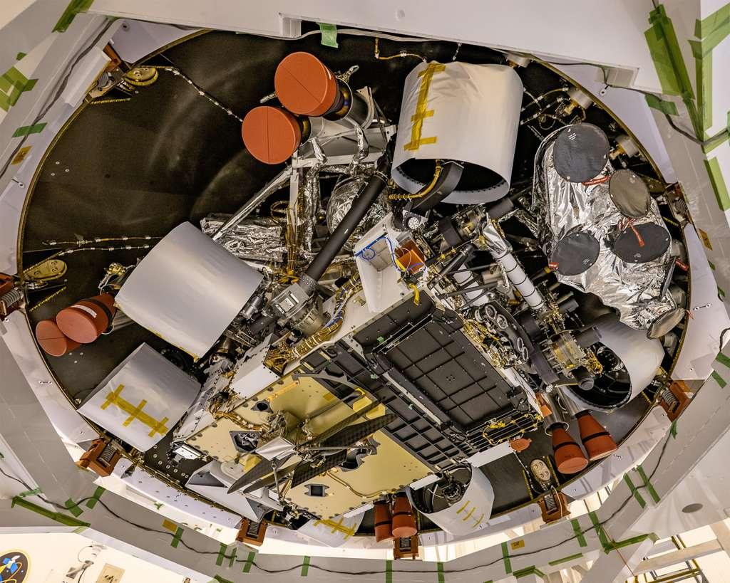 Le drone-hélicoptère Ingenuity attaché sous le ventre du rover Perseverance (sur la plaque dorée). © Nasa, JPL
