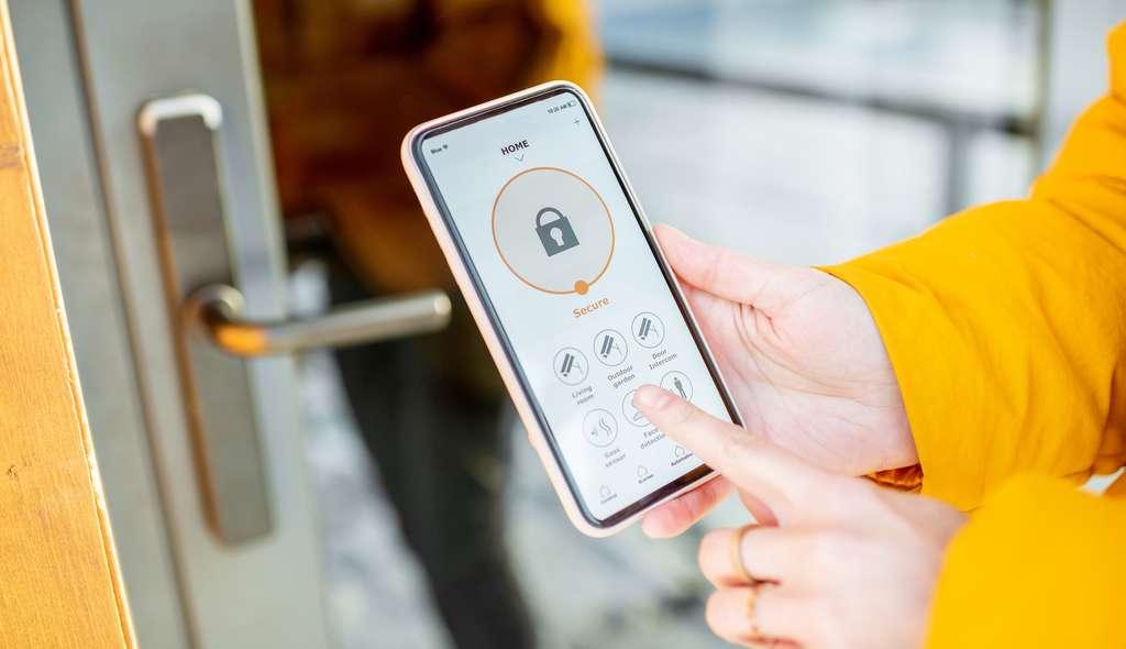 Une serrure intelligente pourra être ouverte et fermée à distance grâce à une application smartphone. © rh2010, Adobe Stock