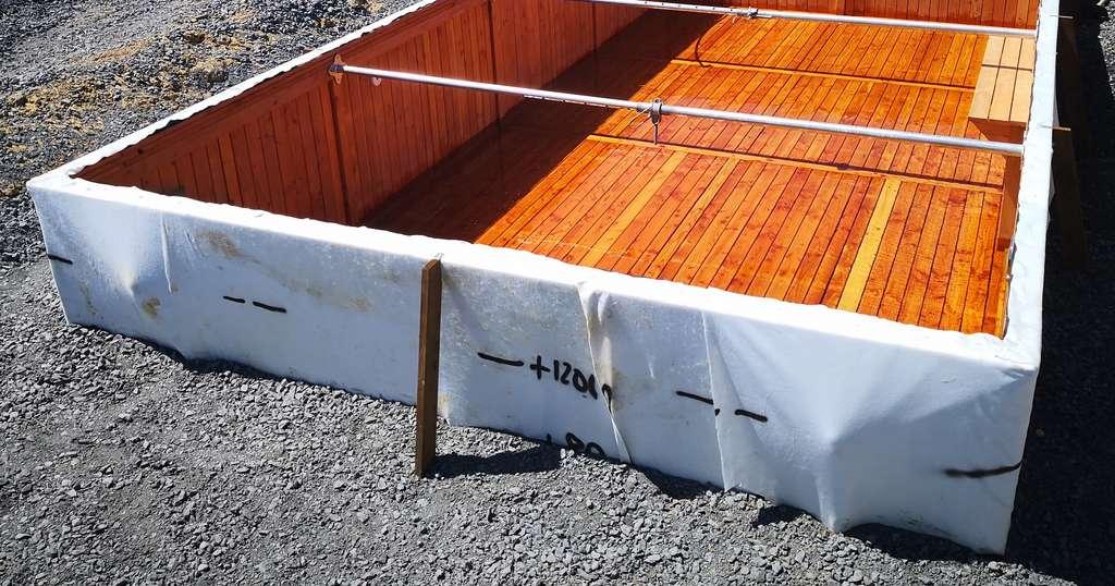 Usinés en atelier, les bois sont assemblés sur place pour former une coque. L'étanchéité est assurée par une membrane prise en sandwich entre deux feutres géotextiles. © BioPoolTech