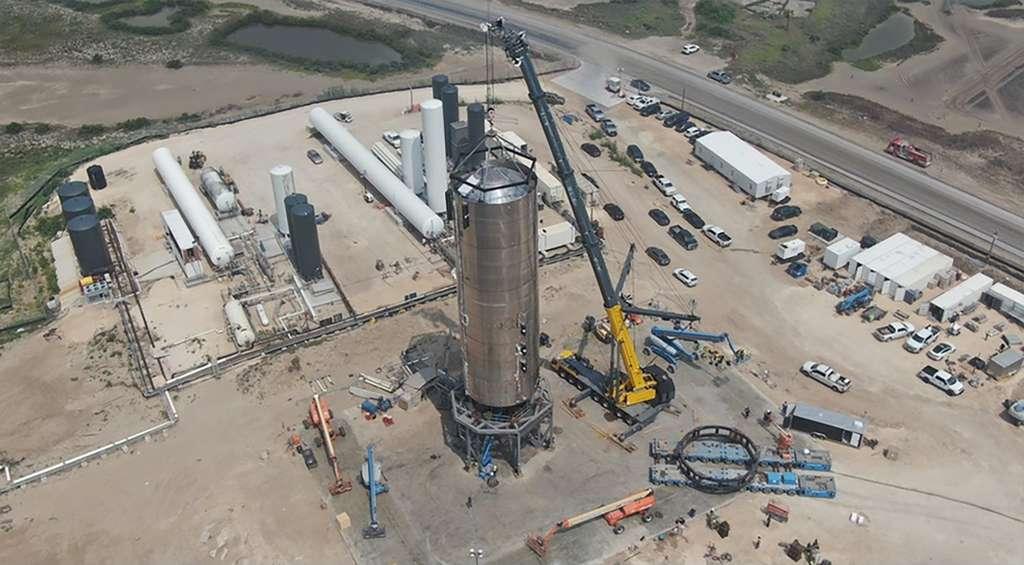 Sur la base de lancement de Space de Boca Chica (Texas), le SN4, quatrième prototype d'un démonstrateur du Starship, prend forme. Il devait réaliser un court vol d'essai dans le courant du mois de juin, mais a explosé lors d'un essai de déconnexion rapide des connexions ombilicales du prototype. © SpaceX, Elon Musk