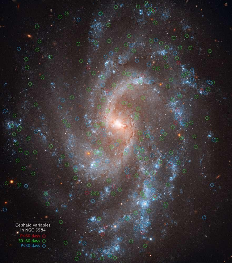 La galaxie NGC 5584 est l'une de celles étudiées par Adam Riess et ses collègues dans le cadre de Shoes. Les céphéides avec des périodes de moins de 30 jours et entre 30 et 60 jours sont marquées par des cercles bleus et verts, respectivement. Un petit nombre de céphéides, avec des périodes de plus de 60 jours, sont marquées en rouge. © Esa-Nasa